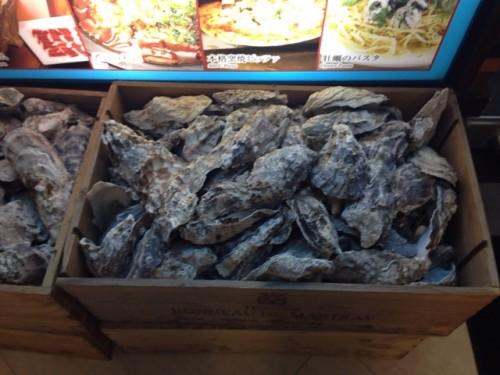 店の前には牡蠣がたくさん。
