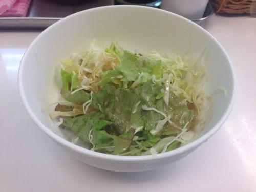 まずはサラダ。