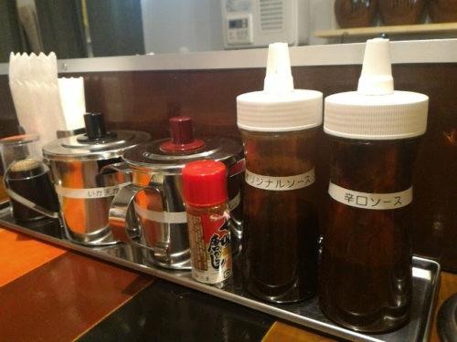 カウンターには、オリジナルソースと辛口ソース、紅しょうが、いか天かす。