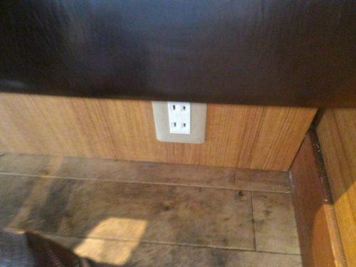電源はわかりにくいですが足元にあります。