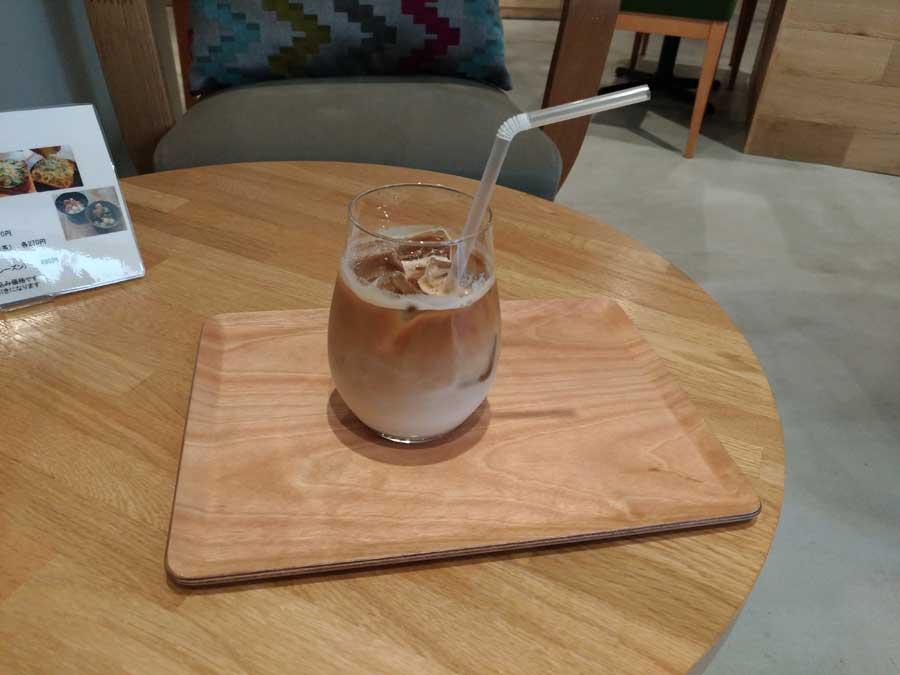 イーダブリュー・ポート・カフェのアイスカフェラテ
